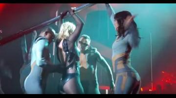Britney Spears sexy incidente sul palco: la zip viene giù